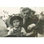 Mit Vater Richard Flury an einem Frühschoppen der Studentenverbindung Dornachia vor dem Roten Turm, Solothurn, 8.7.1945